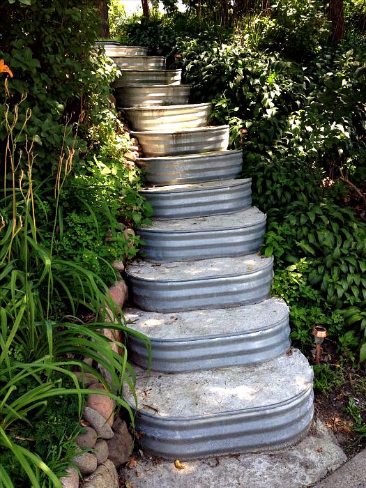 Лестница с металлическими бортиками.