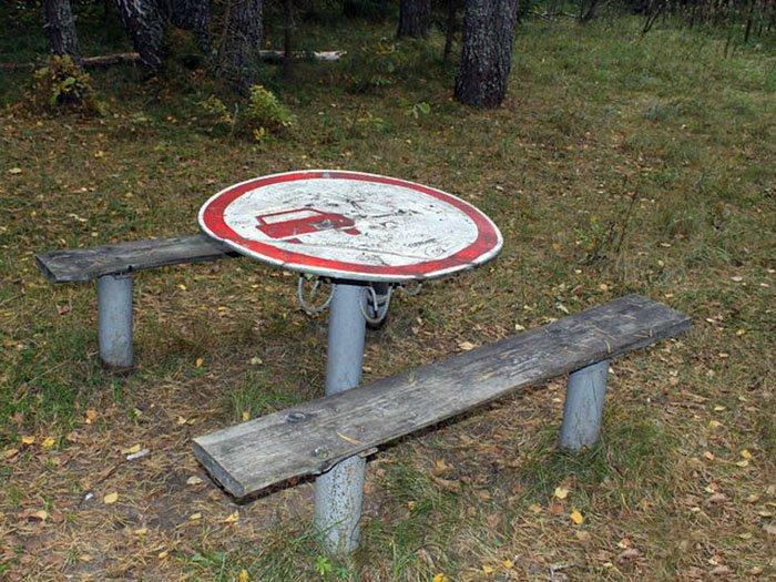 Столик из знака.