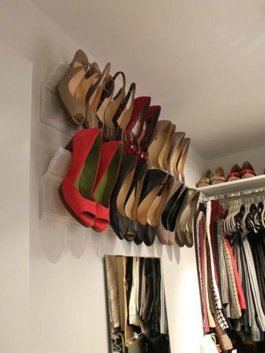 Такое крепление для обуви поместится в любом шкафу и навсегда избавит от громоздких обувных коробок.