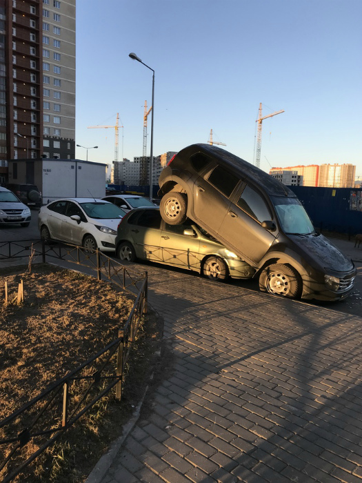 Неудачно припарковался. | Фото: Пикабу.