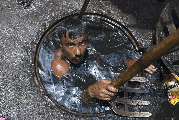 Чистильщик канализации в в Бангладеш.