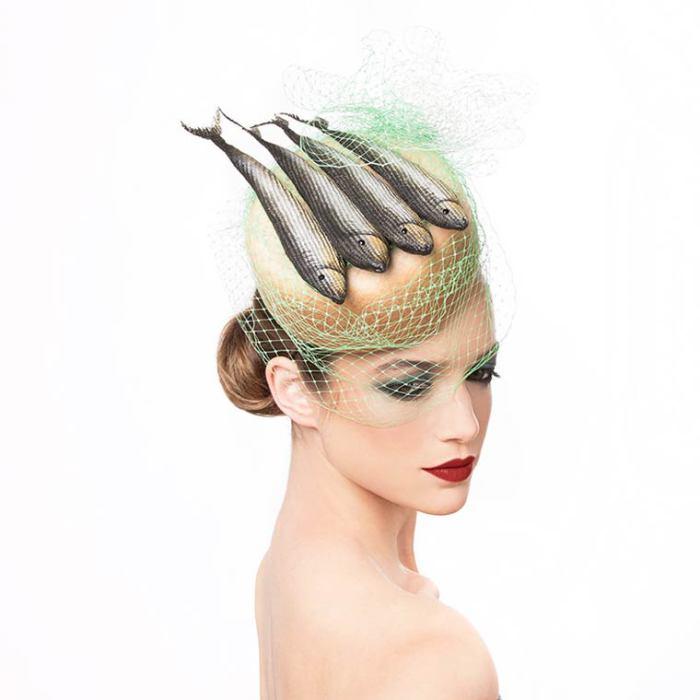 Кто бы мог подумать, что рыбу можно носить на голове!?