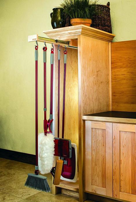 Шкаф для хозяйственного инвентаря. | Фото: FRESHDECORS.