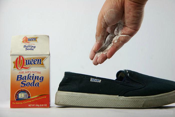 Насыпьте немного соды в обувь, чтобы освежить ее и избавиться от неприятного запаха.