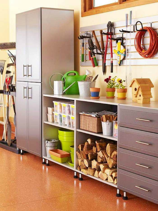 Пространство комнаты нужно поделить на секции с полками и ящиками.