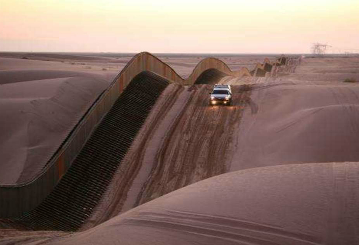 Извилистое-ограждение в песчаных дюнах Альгодон в Южной Калифорнии.