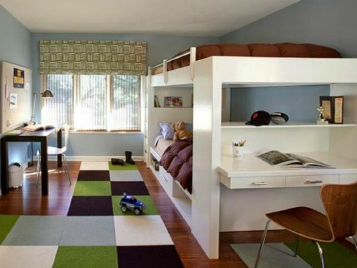 Просторная спальня с огромной двухэтажной кроватью.