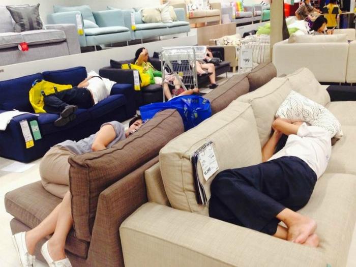 Это возмутительно, но в некоторых мебельных магазинах запретили спать на выставочных образцах.