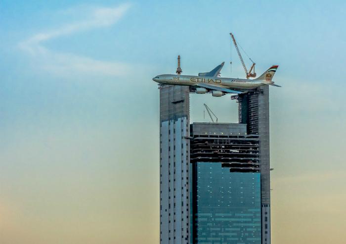 Самолет над небоскребом.