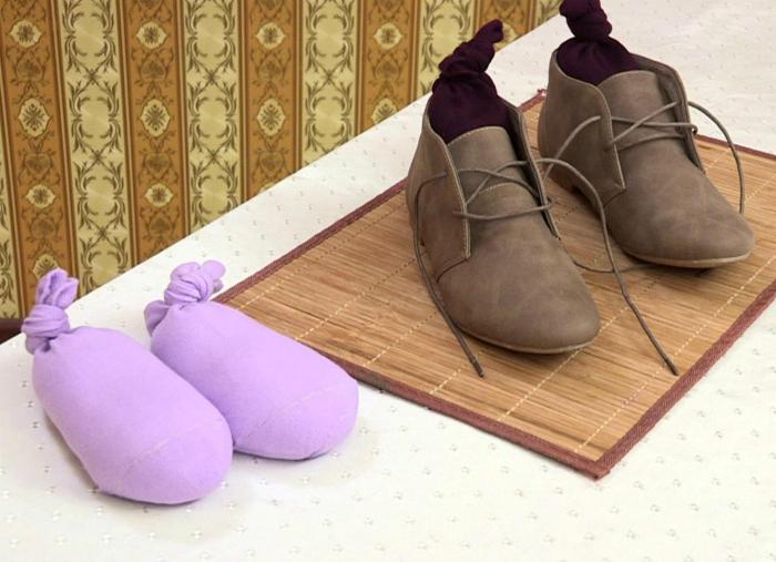 Капроновые колготки для сушки обуви.