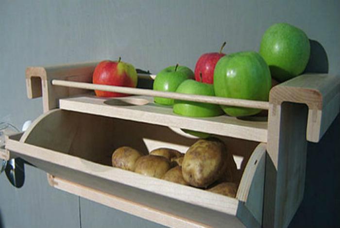 Чтобы картофель не пускал ростки, его следует хранить вместе с яблоками.