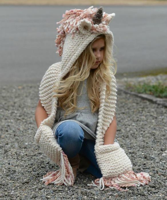 Вязаный шарф с капюшоном.