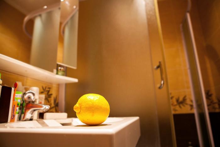 Лимон для уборки в ванной комнате.