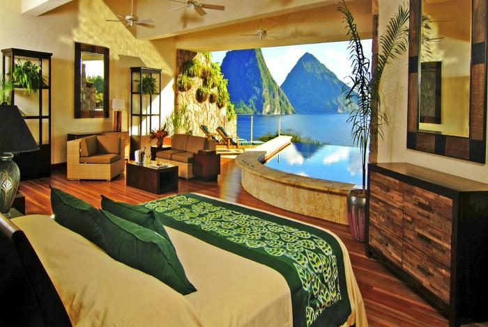 Спальня с огромным окном и каменной ванной, лежа в которой можно любоваться восхитительными видами.