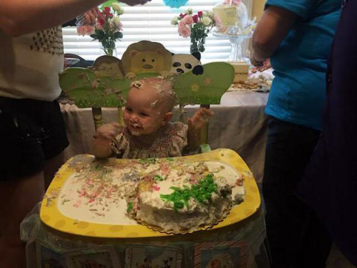 Счастливец лицом в торте - вот он, идеальный праздник! | Фото: PlacePic.