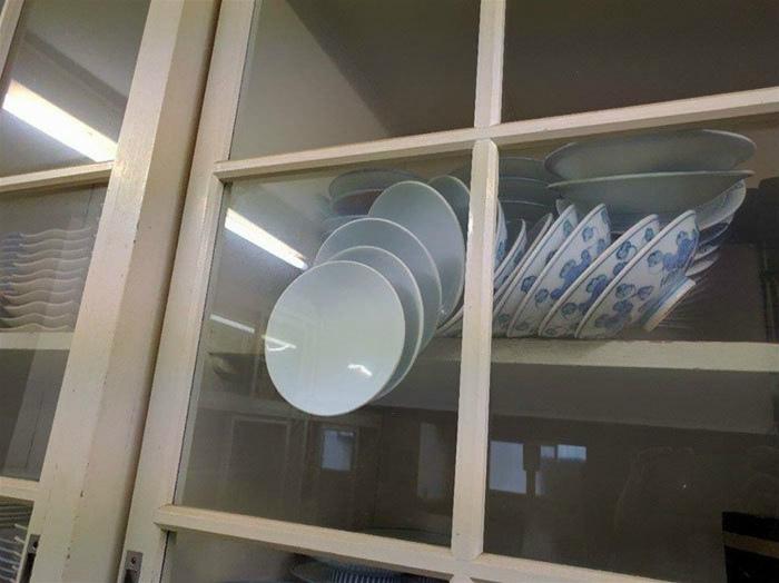 Тарелки, которые зависли в воздухе. | Фото: Bento.