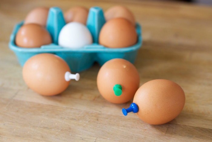 Сварить яйца вкрутую.