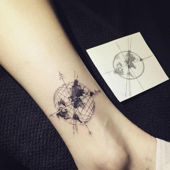 Татуировка с изображением компаса.