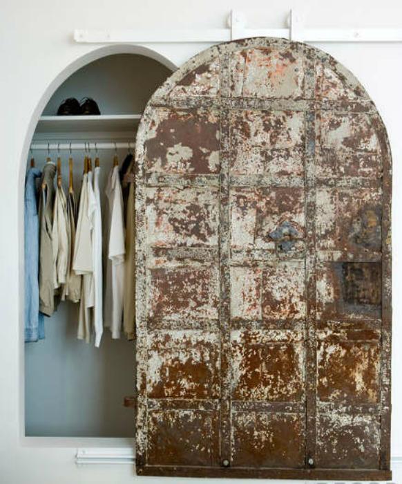 Амбарная дверь в античном стиле.