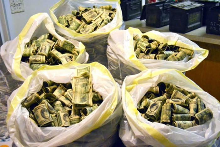 «Как можно забыть столько баксов в подвале?» | Фото: Correo.