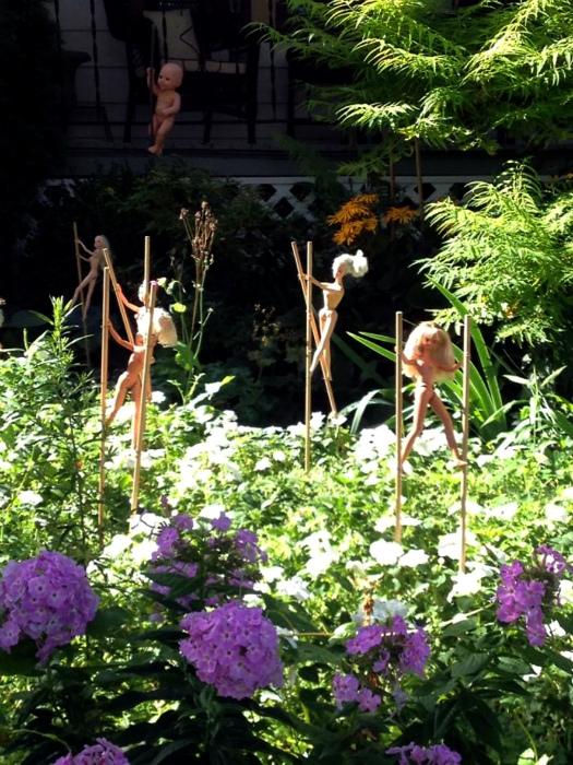 Чудные декорации в саду.