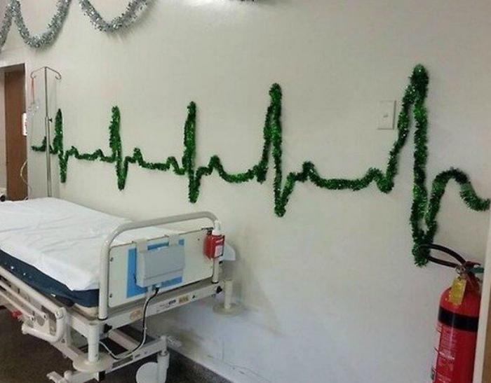 Тематические декорации в больнице. | Фото: Демотиваторы.