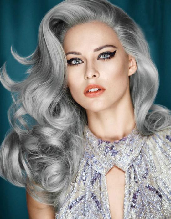 Модный тренд этого года - «седые» волосы, остается на пике популярности и этой осенью.