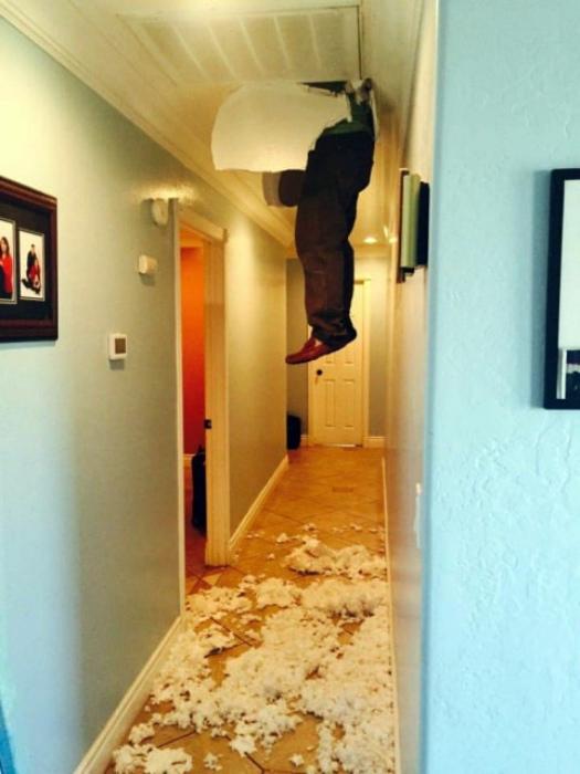 По мнению Novate.ru, проникновение через потолок - не лучший повод для знакомства с соседями. | Фото: Ololo.tv.