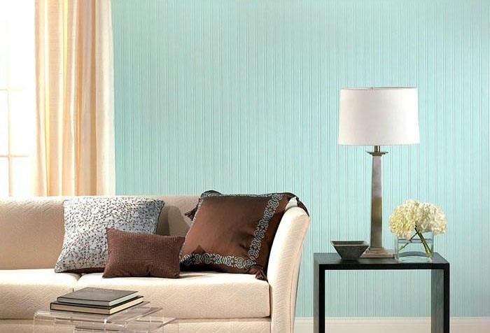 Гостиная с голубыми обоями на стене.