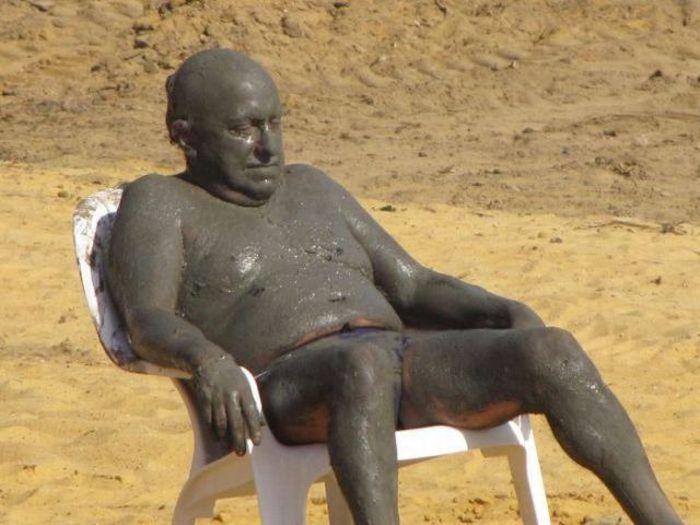 Мужчина немного переборщил с лечебными грязями.