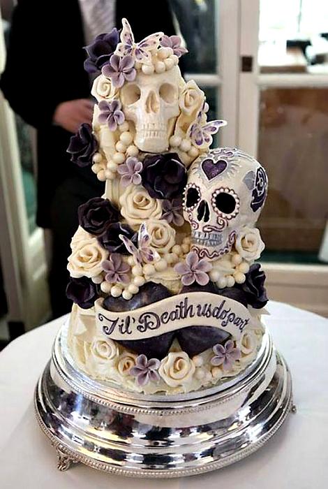 Свадебный торт с цветами и черепами.