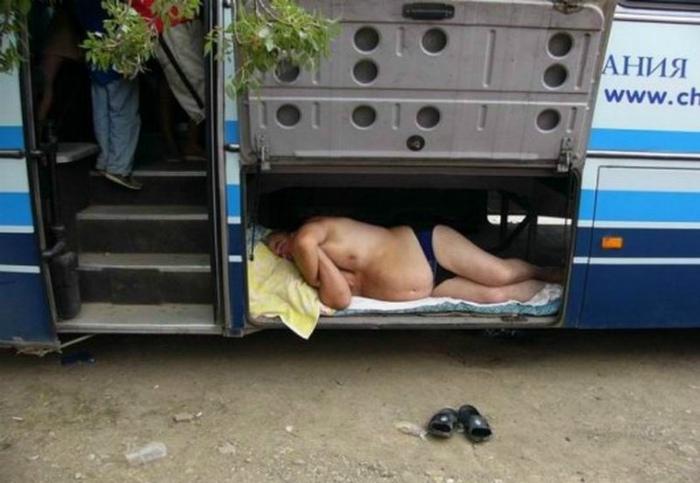 Спящий пассажир в багажном отделении.