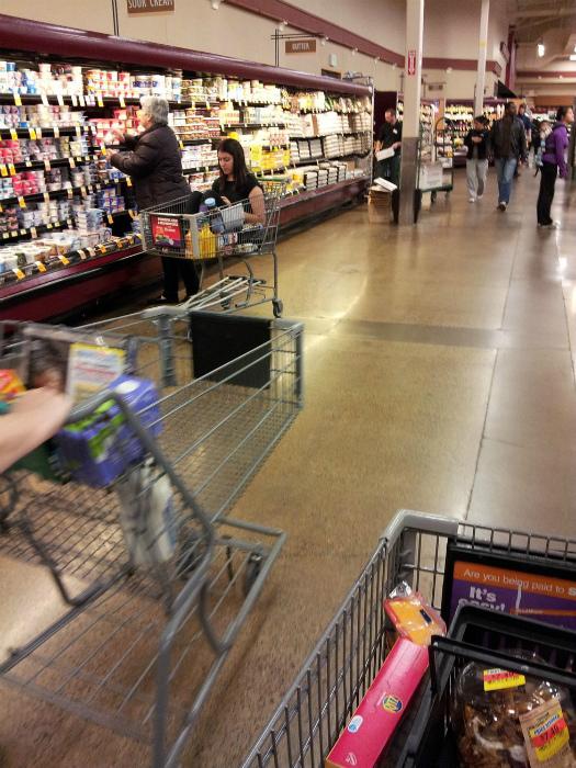 «Маленькая» доченька в тележке супермаркета.