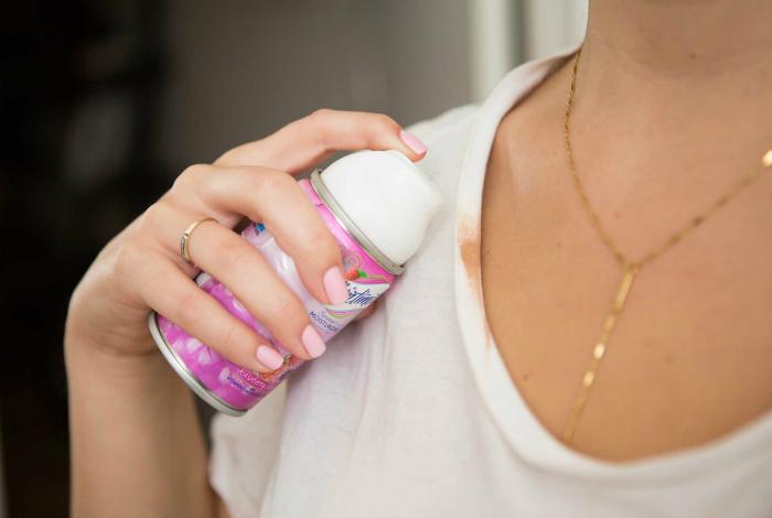 Пена для бритья поможет избавиться от пятен тонального крема на одежде.