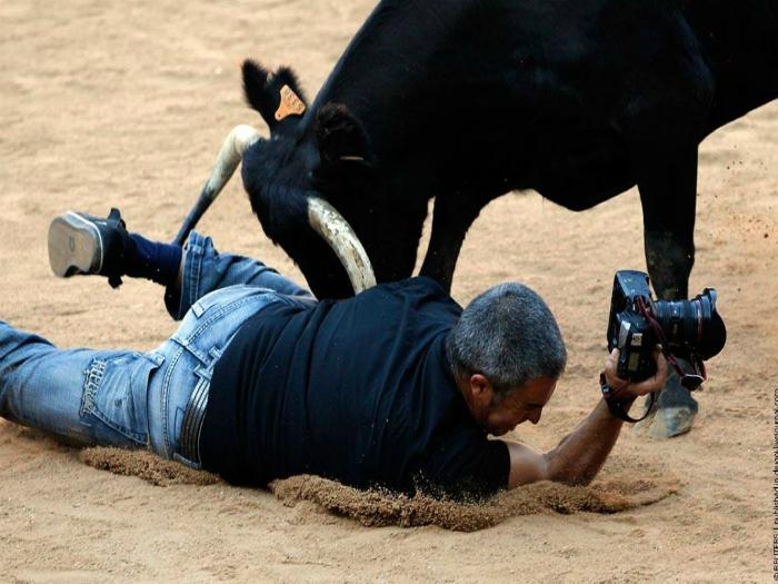 Фотограф, совершенно неожиданно, стал участником корриды.