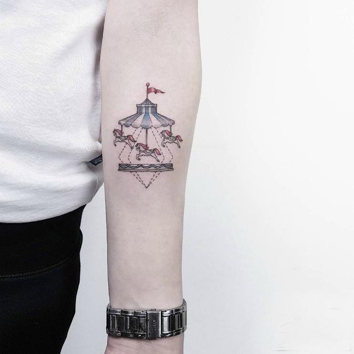Татуировка с изображением карусели.