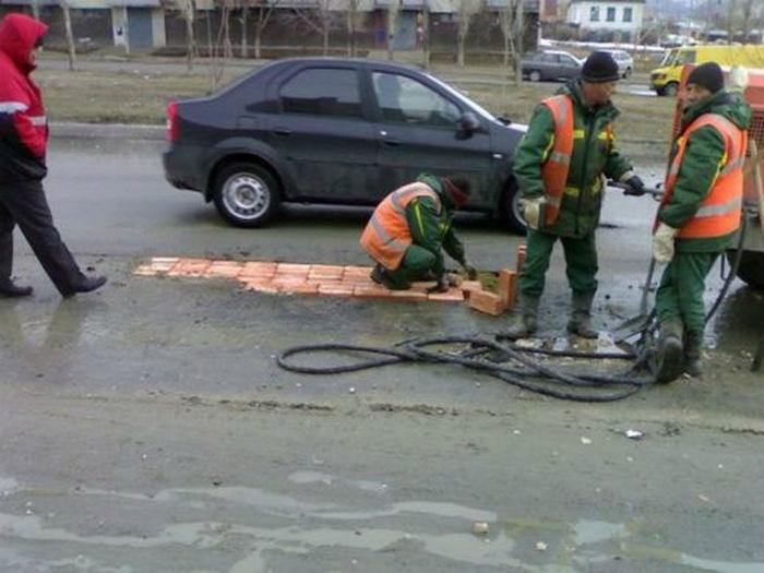 Творческий ремонт дороги. | Фото: Taringa!