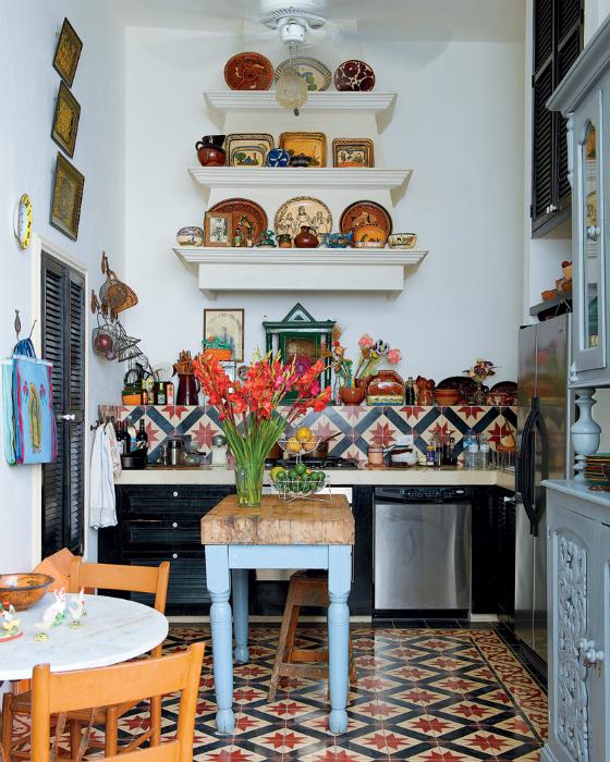 Колоритный интерьер небольшой кухни.