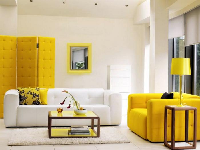 Гостиная с обилием ярко-желтых деталей.
