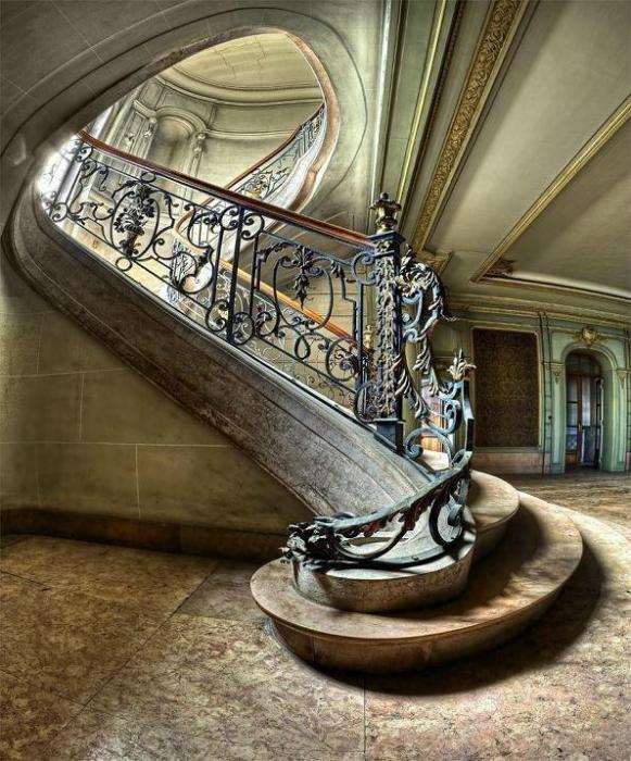 Огромная лестница.