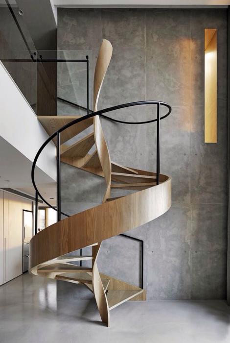 Спиральная лестница из металла и дерева.