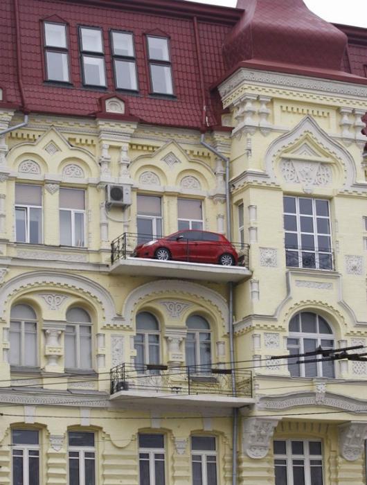 Машина на балконе.