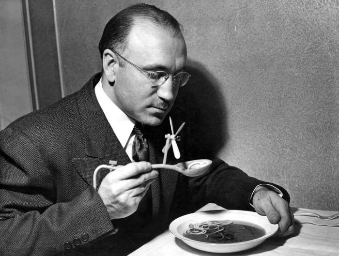 Ложка с вентилятором, которая помогала быстрее остудить горячую еду. 1948 год.