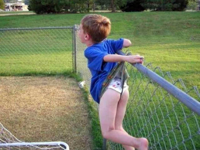 Повис на заборе.