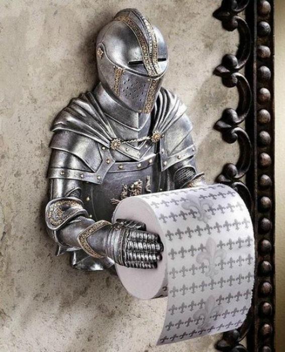 Держатель туалетной бумаги в виде рыцаря.