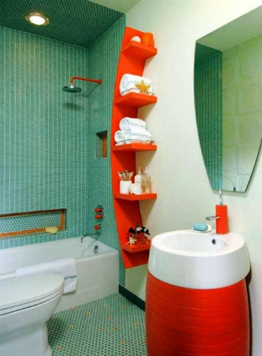 Смежный санузел с яркими оранжевыми акцентами.
