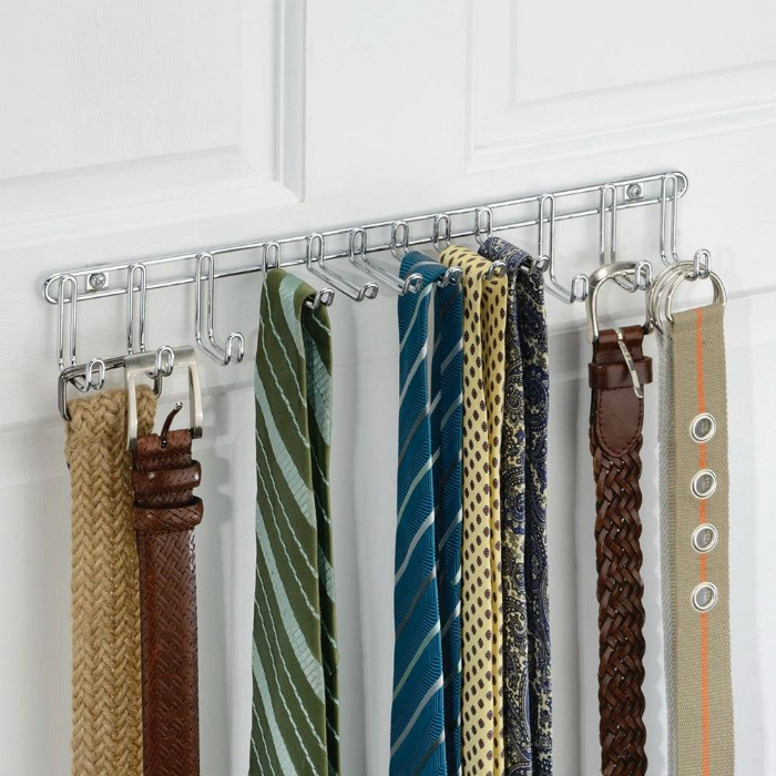 Планка с крючками для галстуков и ремней.