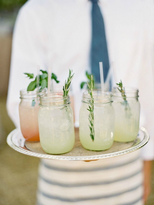Напитки в баночках.