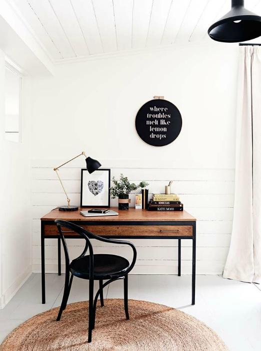 Стильное рабочее пространство в минималистичном стиле.