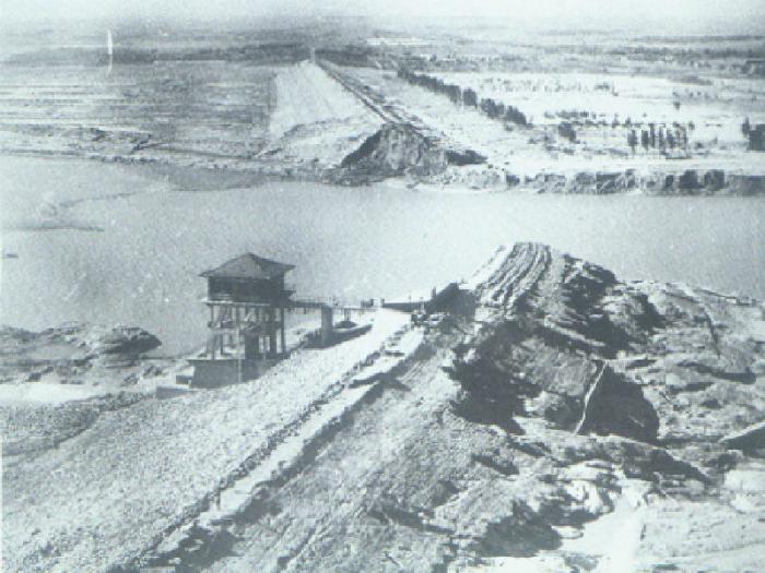 Баньцяо — грунтовая дамба, построенная в 1952 году для защиты от наводнений. При строительстве дамбы были допущены грубые ошибки и она покрылась трещинами, а в последствии - не выдержала напора тропического тайфуна Нина. В результате затопления погибло 26 000 человек.